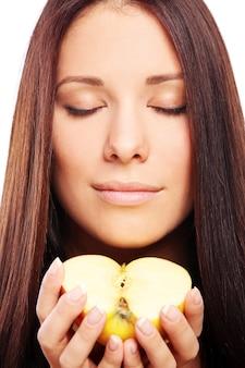 Bella mujer con manzana en manos