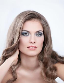 Bella mujer con maquillaje