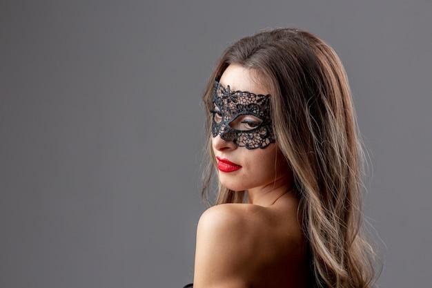Bella mujer con máscara de carnaval