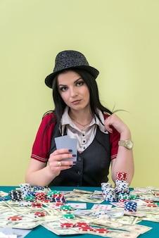 Bella mujer con naipes en casino