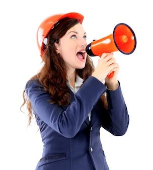 La bella mujer de negocios que el ingeniero grita en el cuadro de diálogo sobre un fondo blanco.