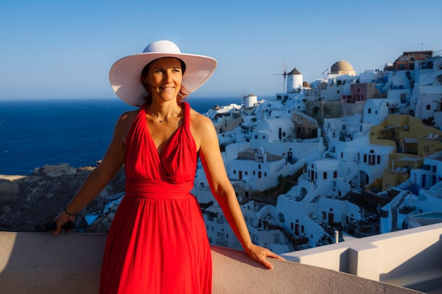 Bella mujer en oia, santorini, grecia