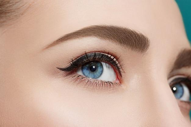 Bella mujer con ojos azules