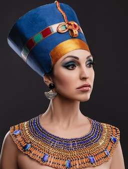 Bella mujer con ojos marrones y maquillaje de noche como la reina nefertiti