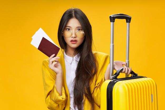 Bella mujer con pasaporte y boletos