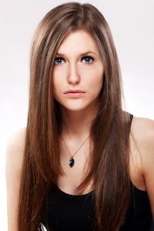 Bella mujer con el pelo largo