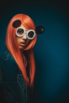 Bella mujer con el pelo rojo