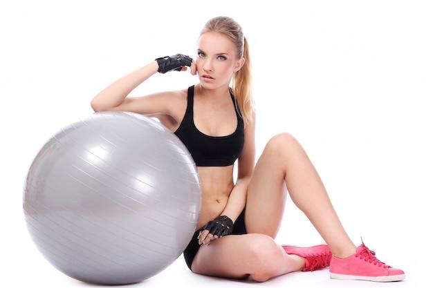 Bella mujer con pelota de fitness