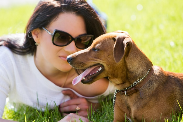 Bella mujer con perro