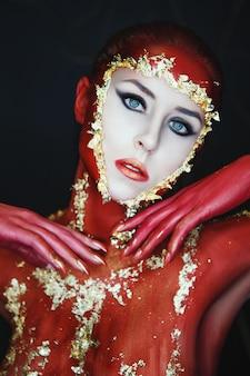 Bella mujer pintada de rojo