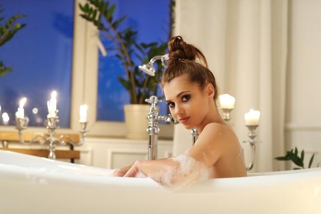 Bella mujer posando en el baño