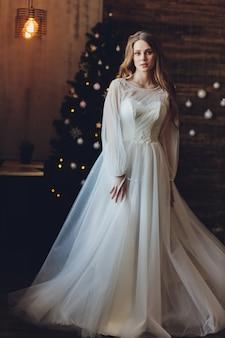 La bella mujer posando en un vestido de novia.