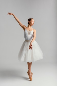 Bella mujer practicando ballet full shot