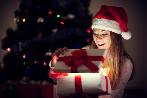 Bella mujer con regalo mágico