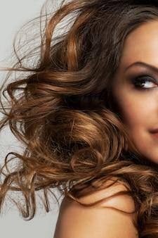 Bella mujer con rizos y maquillaje