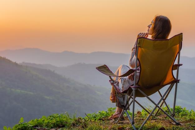 Una bella mujer sentada en la cima