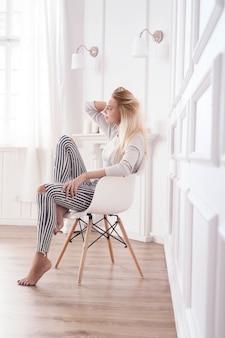 Bella mujer sentada en una silla