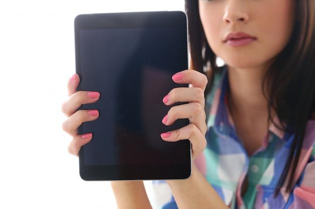 Bella mujer con tableta