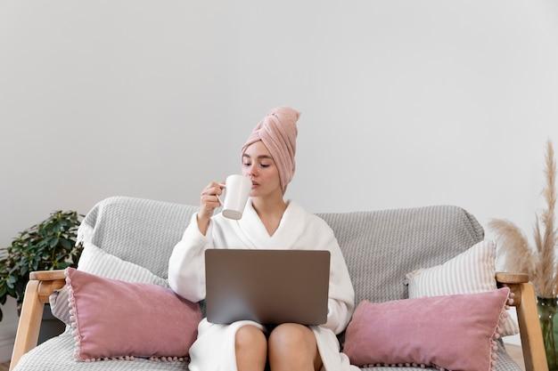 Bella mujer trabajando después de tomar un baño