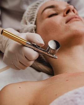Bella mujer durante un tratamiento cosmético