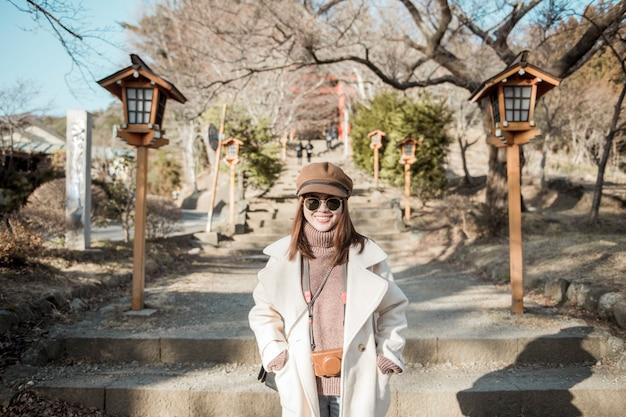 Una bella mujer turista en japón