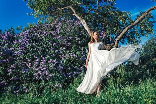 Una bella novia con flores lilas