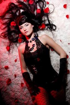 Bella y romántica mujer con rosa roja