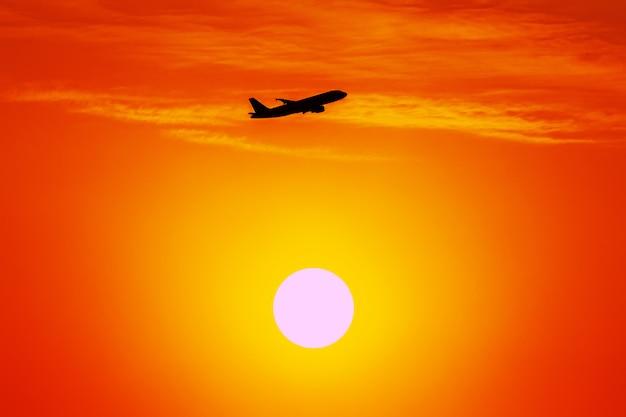 Una bella silueta de un avión despegando