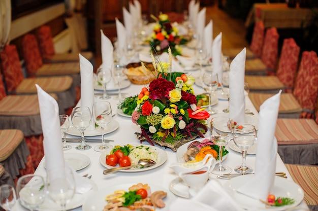 Bellamente decorada mesa de boda en un restaurante
