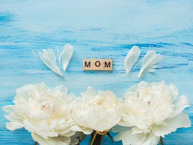 Bellas flores y palabras de amor para la madre.