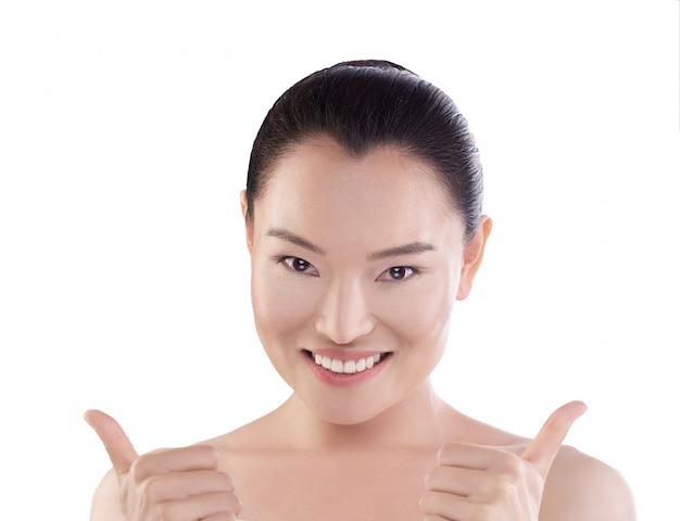Belleza asiática pulgares hacia arriba