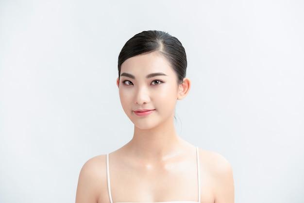 Belleza cara asiática del maquillaje natural de la piel de la joven hermosa mujer.