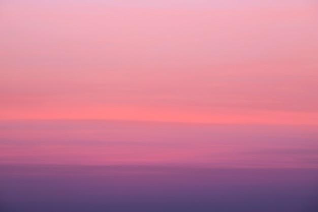 Belleza cielo de nubes rosadas en el cielo al atardecer de fondo de primavera