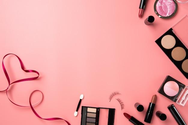 Belleza cosmética maquillaje plano fondo rosado copia espacio texto texto belleza