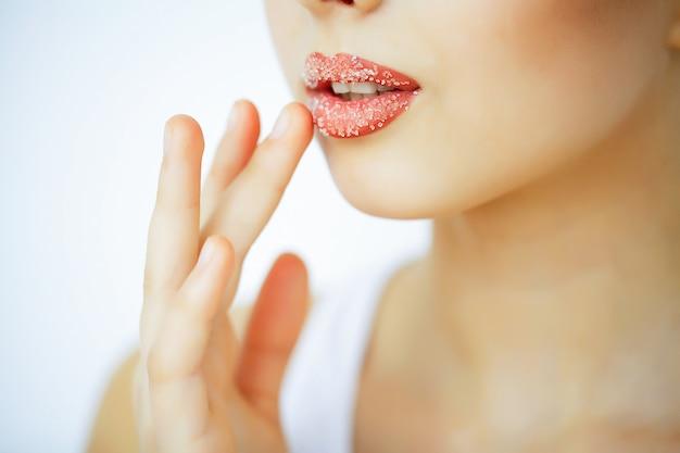 Belleza y cuidado. retrato de una mujer joven con una piel hermosa. hermosos labios. chica cuida los labios. mujer con hermosos ojos azules. maquillaje. exfoliante labial. peladura