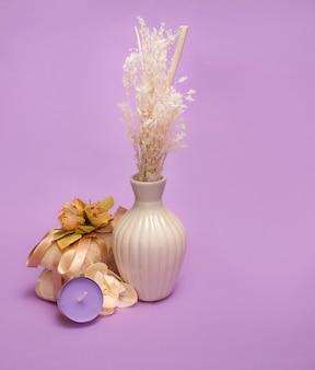 Belleza en un fondo violeta