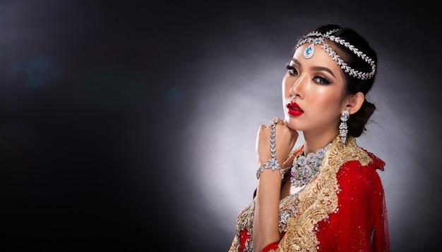 Belleza india enfrenta grandes ojos con boda perfecta