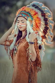 Belleza joven asiática con maquillaje como mujer nativa americana