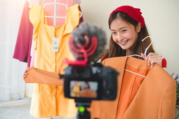 Belleza joven blogger asiática vlogger entrevista con cámara digital profesional dslr video.