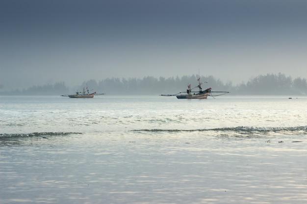 Belleza luz de la mañana con batido barco en el océano. bengkulu, indonesia