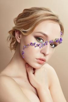 Belleza de maquillaje facial, cosméticos de pétalos de flores.