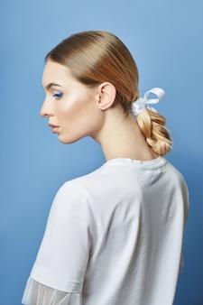 Belleza moda mujer hermoso peinado, cabello trenzado en coletas