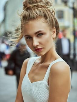 Belleza modelo mujer con cabello largo castaño. cabello sano y hermoso maquillaje profesional.