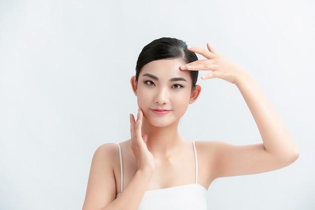 Belleza mujer asia y tiene encanto de piel blanca y pared blanca