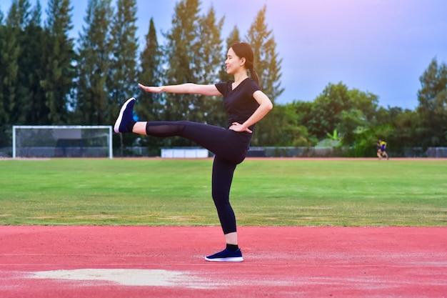 Belleza mujeres asiáticas ejercicio cuerpo en forma entrenamiento