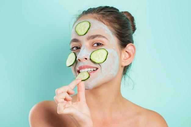 Belleza natural. chica escalofriante haciendo mascarilla facial de arcilla con pepino.