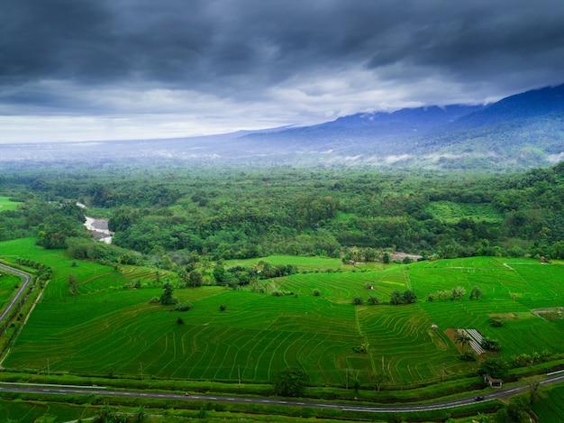 La belleza natural de indonesia con fotos aéreas con niebla por la mañana.