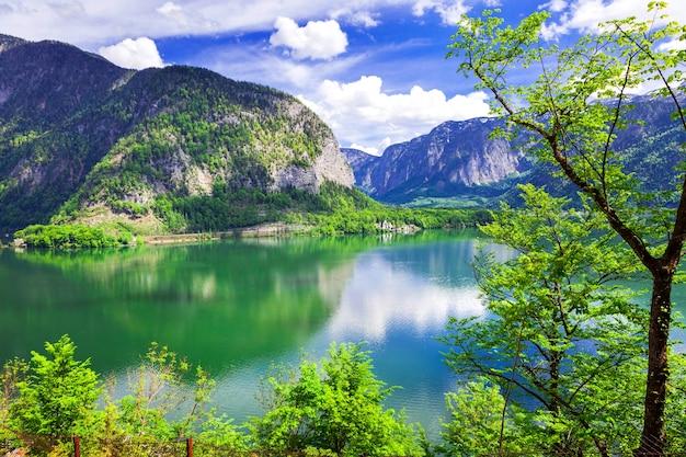 Belleza de la naturaleza, paisajes alpinos y el lago hallstatt en los alpes austríacos