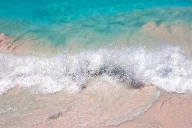 La belleza de las olas en la playa.
