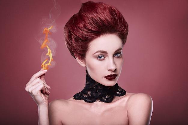 Belleza pelirroja elegante mujer con peinado y collar de joyas